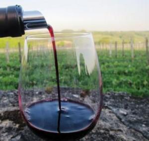 Bordeaux wine pour